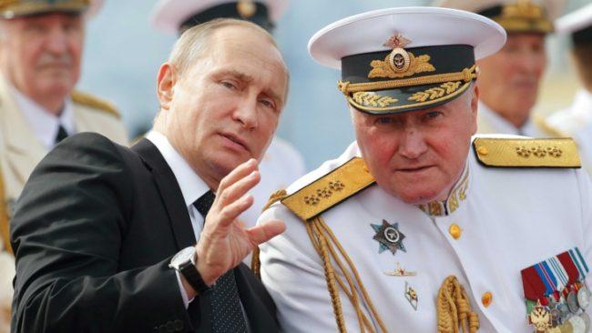 Преди да даде интервюто, Путин взе участие в тържествата в Санкт Петербург по повод Деня на ВМС на Русия. Тук разговаря с главнокомандващия / БГНЕС