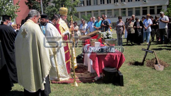 """В двора на МБАЛ """"Христо Ботев"""" бе положен основният камък на новостроящ се храм, мястото бе осветено с мощите на св. Панталеймон"""