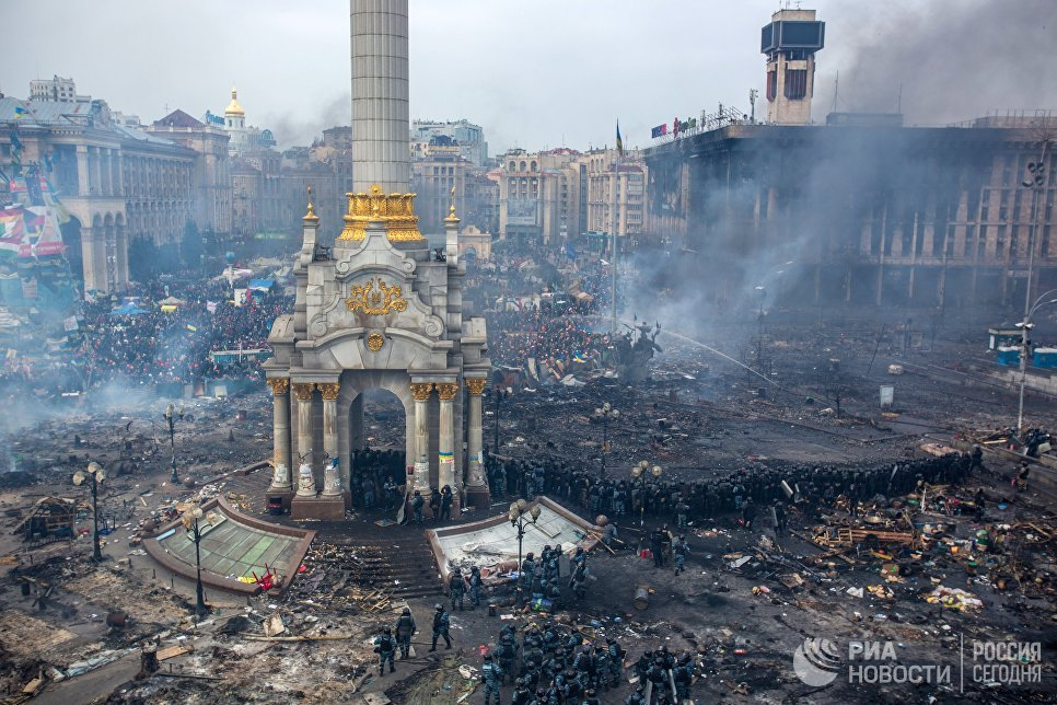 """Служители на силите на реда и привърженици на опозицията на площад """"Независимост"""" в Киев"""