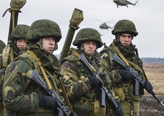 """Руски и беларуски десантчици тренират """"завладяване"""" на военно летище в Псковска област"""