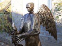 Скулптор извая статуя на Путин като крилата мечка