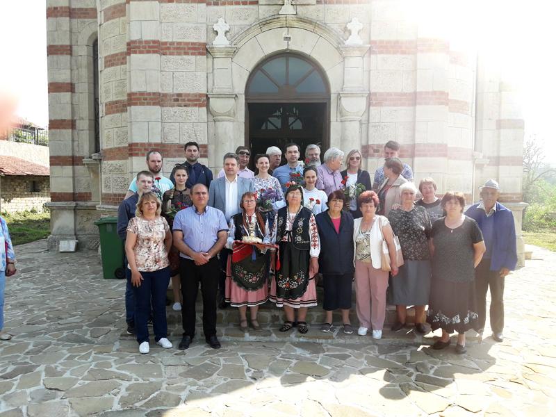"""Посрещане на делегацията на """"Двуглав орел"""" и на представителите на НД """"Русофили"""" пред  църквата на село Иваново, област Русе"""