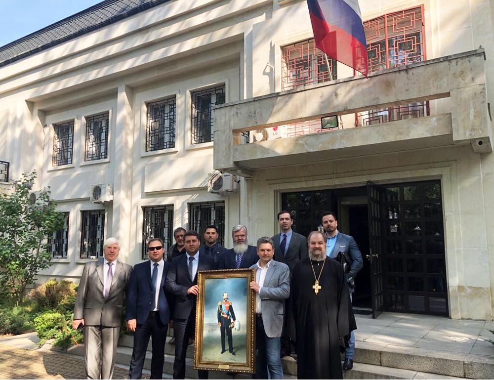 """Посещение в руското консулство в гр. Русе. НД """"Русофили"""" подарява на консулството портрет на император Александър Втори."""