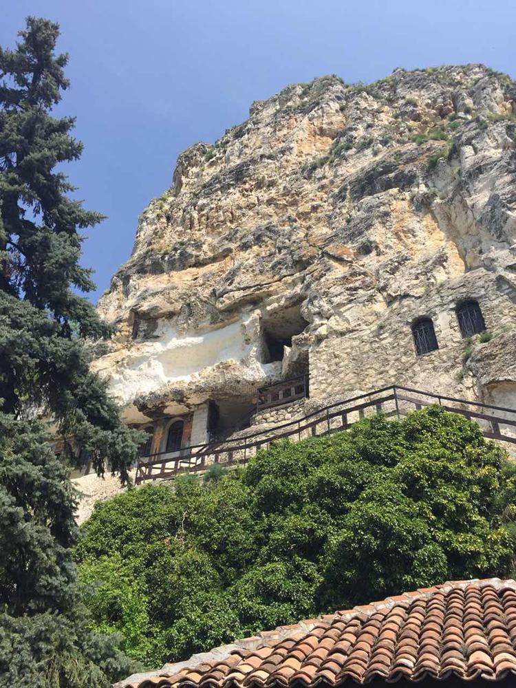 Към Басарбовския манастир - единствения действащ скален манастир в България