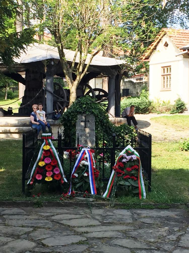 Пред надгробния паметник  на милосърдните сестри  Мария Неелова и баронеса Юлия Вревская, починали от петнист тиф през януари 1878 година.