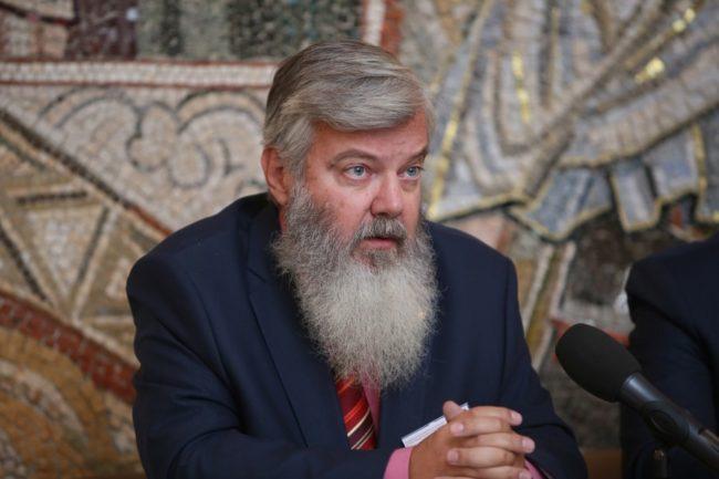 Владимир Михайлович Лавров е доктор на историческите науки, главен научен сътрудник в Института по руска история към Руската академия на науките (РАН), професор в Николо-Угрешската православна духовна семинария