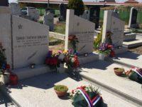 Цветя на гробовете на трима червеноармейци в с. Мрамор