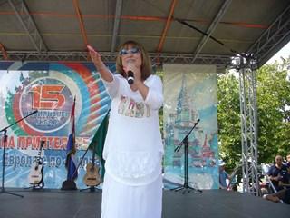 Обичаната от поколения българи естрадна певица Мими Иванова пя за участниците в събора