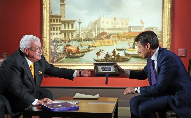 """MOSCOW, RUSSIA - OCTOBER 24, 2018: First Deputy TASS Director General Mikhail Gusman (L) interviews Italy's Prime Minister Giuseppe Conte on his visit to an exhibition of Venetian painting titled """"From Tiepolo to Canaletto and Guardi"""" and held at the Pushkin State Museum of Fine Arts in Moscow. Stanislav Krasilnikov/TASS  Ðîññèÿ. Ìîñêâà. Ïåðâûé çàìåñòèòåëü ãåíåðàëüíîãî äèðåêòîðà ÒÀÑÑ Ìèõàèë Ãóñìàí è ïðåìüåð-ìèíèñòð Èòàëèè Äæóçåïïå Êîíòå (ñëåâà íàïðàâî) âî âðåìÿ îáìåíà ïîäàðêàìè ïî îêîí÷àíèè èíòåðâüþ â ðàìêàõ ïîñåùåíèÿ âûñòàâêè """"Îò Òüåïîëî äî Êàíàëåòòî è Ãâàðäè"""" â ÃÌÈÈ èì. À.Ñ. Ïóøêèíà. Ñòàíèñëàâ Êðàñèëüíèêîâ/ÒÀÑÑ"""