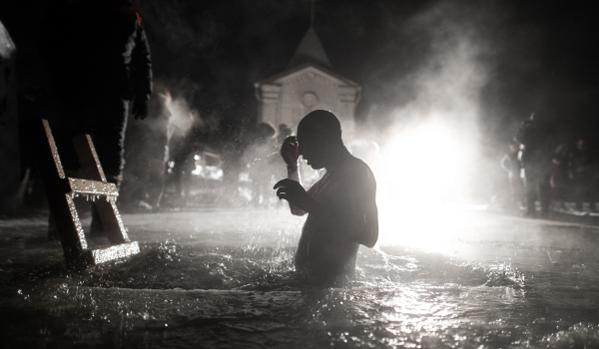 На Кръщение руснаците се къпят в дупка пробита в леда