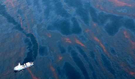 Нефтените петна ще ги броят от космоса