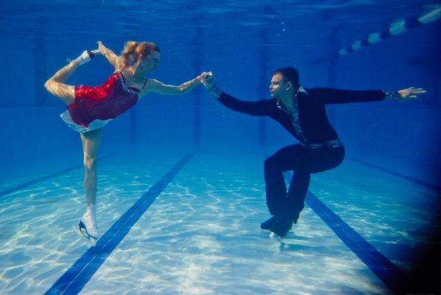 Акробати представиха фигурно пързаляне под вода в подкрепа на олимпийците