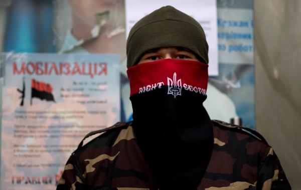 """Парламентът на Крим забрани партиите """"Свобода"""" и """"Десен сектор"""""""