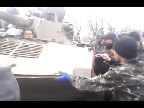 В Украйна мирни жители спират украинска военна техника