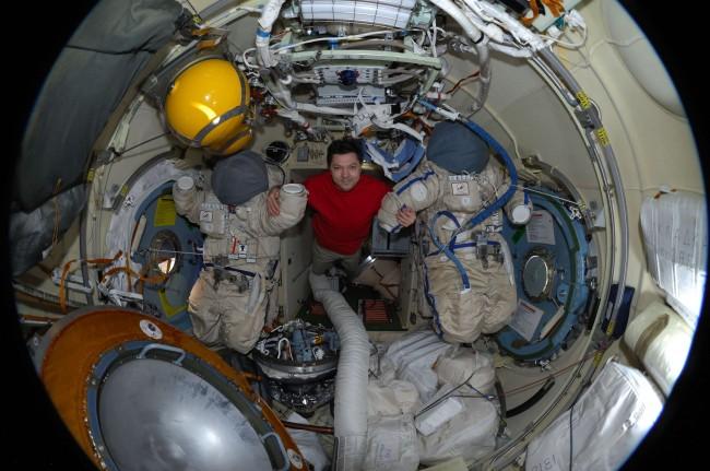 Трима космонавти успешно се заврърнаха  от орбита