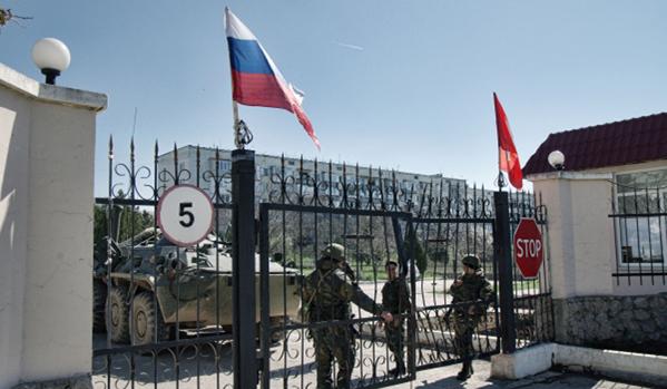 Във всички военни части на Крим са издигнати руски знамена