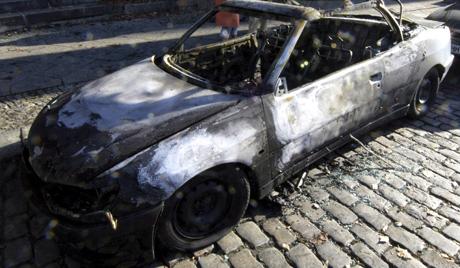 (РУ) Подпалиха кола на руското посолство в Атина