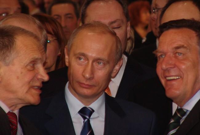 Шрьодер прегръща Путин, в Берлин сащисани