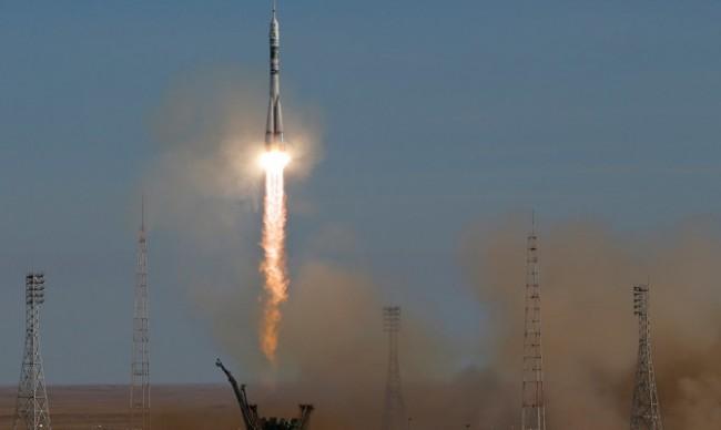 """Екипажът на """"Союз"""" премина успешно на МКС"""