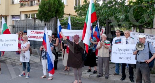 Пред украинското посолство в София: Спасете децата на Донбас!