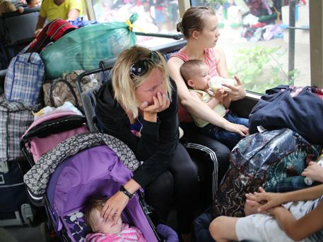 Дете загина при обстрел на автобус с бежанци в Донецка област