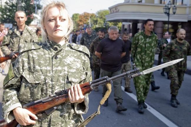 """В Донецк украински военни преминаха по """"коридора на позора"""""""