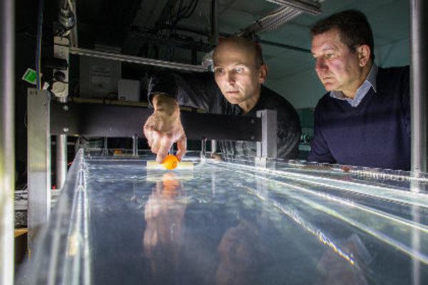 Учени местят обекти по вода