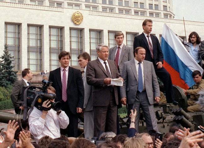 """август 1991 г. Борис Елцин  чете """"Обръщението към гражданите на Русия"""""""