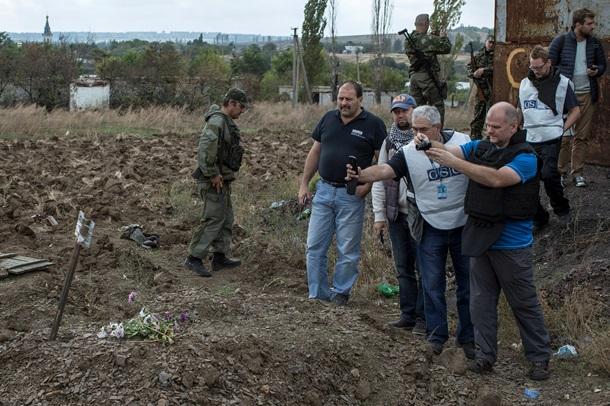 Международни наблюдатели разследват масовите гробове край Донецк