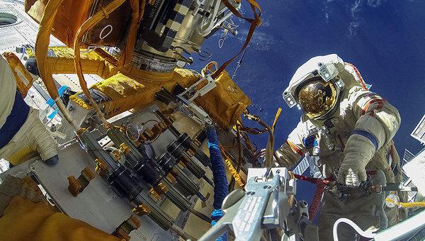 Руските космонавти от екипажа на МКС завършиха втория излаз в открития космос