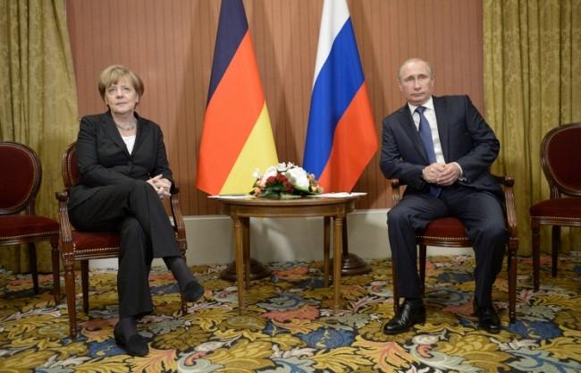 Путин и Меркел обсъдиха съблюдаването на примирието в Украйна
