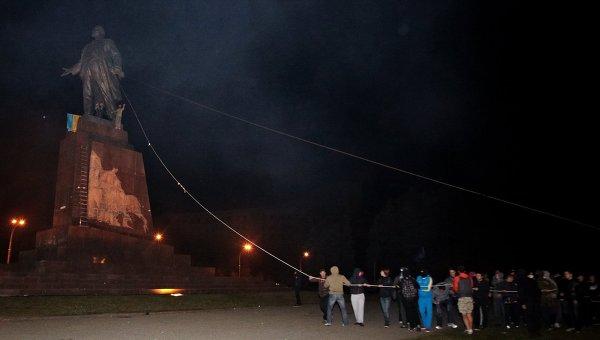 """ОССЕ: Безредиците в Харков, при които бе свален паметника на Ленин, ръководени от батальона """"Азов"""""""