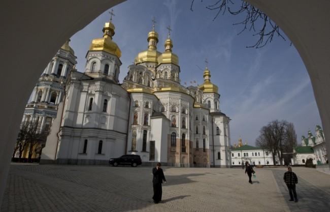 Украински чиновници оказват натиск върху канонични свещеници