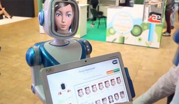 """Роботът """"Леночка"""" повдига настроението на пътниците"""