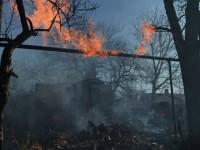 Двама души загинаха, след като снаряд удари автобус в Донецк