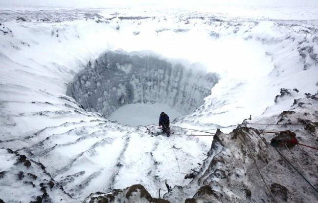Учени се спуснаха в гигантския кратер на Ямалския полуостров