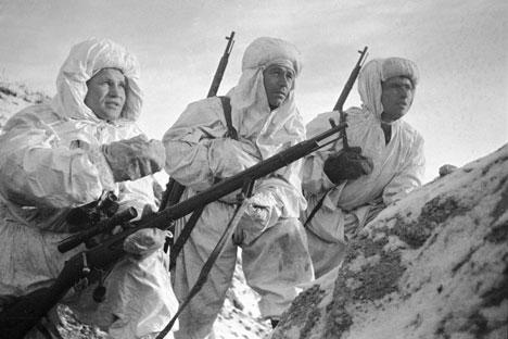 """Успехът на Зайцев скоро го принуждава да поеме отговорност за обучението на други снайперисти, които стават известни като """"зайчетата""""."""