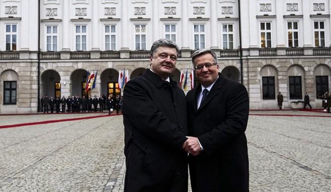 Във Варшава протестират срещу посещението на Порошенко