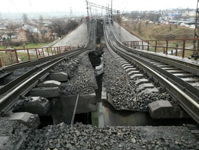 Украински военни взривиха мост до Луганск