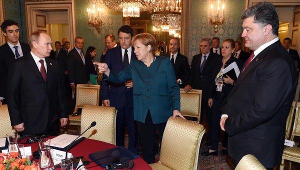 Германският канцлер Ангела Меркел и руският президент Владимир Путин по време на срещата им през октомври миналата година в Милано. Зад канцлера е премиерът на Италия Матео Ренци. Снимка: архив, Ройтерс