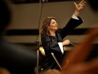 Любка Биаджони застава пред Оркестъра на Софийската филхармония