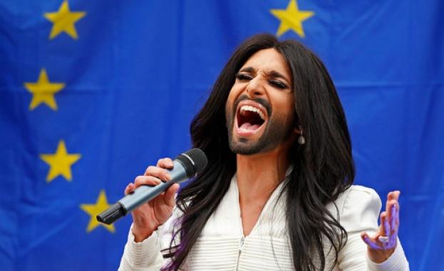 Кончита Вурст изнесе концерт  пред сградата на Европейския парламент в Брюксел през декември 2014 г.