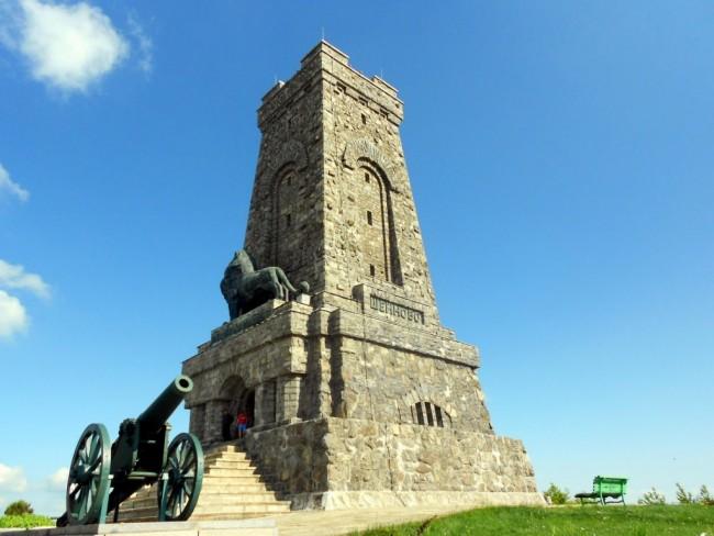 В името на евроценностите: Изгониха и последния чистач на паметника Шипка