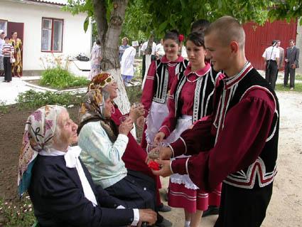 Най-доброто доказателство, че гагаузите са българи, е техният фолклор, който не се различава по нищо от българския, чиито песни са двуезични, т.е. на гагаузки и български.