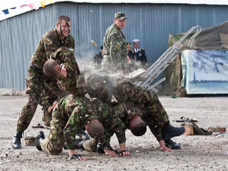Украински военни избиват един друг от скука