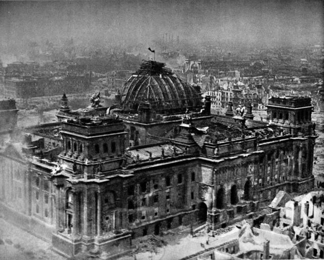 Знамето на победата върху купола на Райхстага.Снимка на Виктор Тьомин