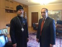 """Българският посланик в Русия Бойко Коцев връчи на архиепископ Марк паметния знак """"Самарски кръст"""" заради приноса му в развитието на българо-руските духовни и църковни отношения."""