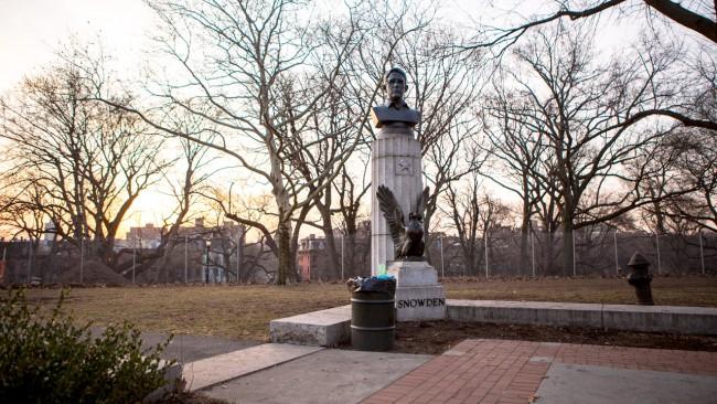 Издигнаха паметник на Сноудън в Ню Йорк, властите го демонтираха