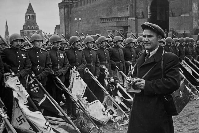 Евгени Халдей по време на снимки на Парада на Победата в Москва , 24 юни, 1945 .