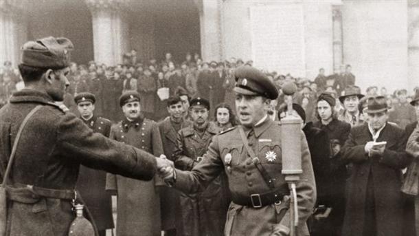 """24 НОЕМВРИ 1944 ГОДИНА, ПЛОЩАД """"АЛЕКСАНДЪР НЕВСКИ""""; ГЕН.ВЛАДИМИР СТОЙЧЕВ ПОЗДРАВЯВА КОМАНДИРИТЕ НА ТЪРЖЕСТВЕНОТО ПОСРЕЩАНЕ НА БЪЛГАРСКИТЕ ВОЙСКИ СЛЕД СТРАЦИН."""